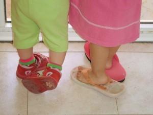 """טיפול בתזונה בילדים הוא כמו התאמת כפכף לרגל. מה עושים כשהנעל לא מתאימה? צולם ע""""י חן אדדי בבית תינוקות."""