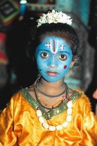 """צמח הטולסי (Tulsi) משול לאל וישנו בתרבות ההודית. בתמונה ילדה מחופשת לאל וישנו (vishnu) במקדש במודראי. צולם ע"""" י חן אדדי, במקדש המהמם במדוראי, הודו."""